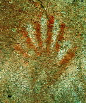 hand with six fingers at la cueva de las manos/Photo:L.Dubal